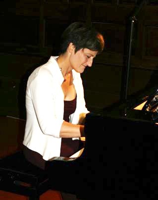 Marie-Hélène Barrier maitrise sa technique au piano